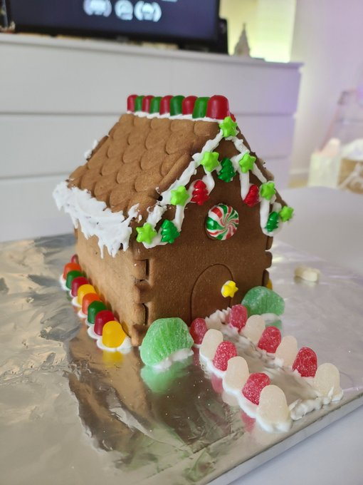 1 pic. Made a Gingerbread house 💚😊🍪 https://t.co/Mx7ySOIhdm