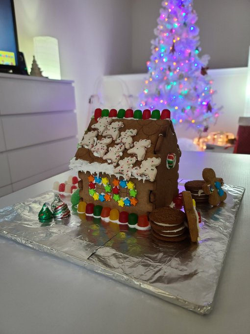 3 pic. Made a Gingerbread house 💚😊🍪 https://t.co/Mx7ySOIhdm