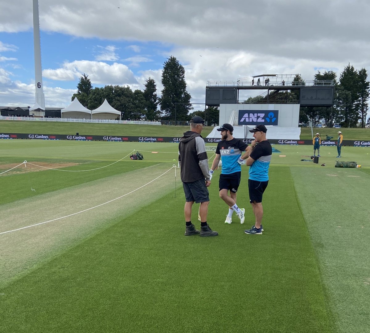 Always interest in this strip of grass before a Test match starts! Bat or bowl? 🏏   🇳🇿  v 🇵🇰  | Boxing Day Test 26-30 Dec | 11am | @BayOvalOfficial 🏏   #NZvPAK #CricketNation