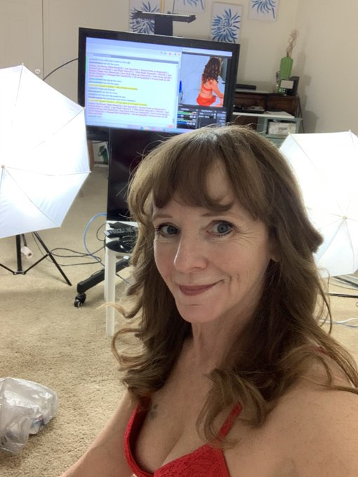 Do you need some company this Christmas? I'll be on @chaturbate 4pm PST #MatureModel #milf #gilf #Santa