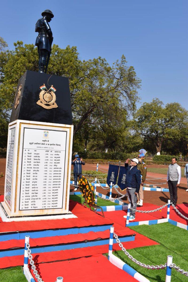 """CRPF """"शहीद स्मारक """" पर ,मातृभूमि की सेवा में वीरगति प्राप्त सैनिकों को श्रद्धांजली  नीमच में , जय हिंद वंदे मातरम 🙏🏻🙏🏻"""