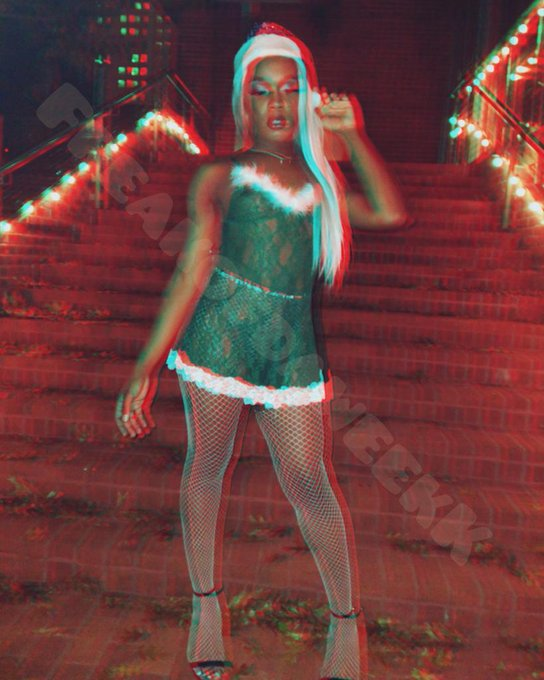 2 pic. #Rt if you'd kiss Mrs.claus's  mistletos #Like if you'd lick it too  Streaming Now😈  @shecocktrans