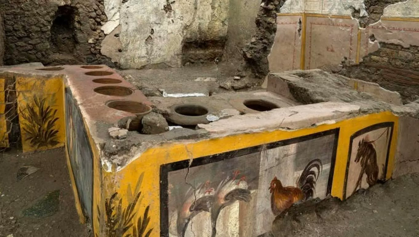 """Roman Archäologe;  Außergewöhnliche Entdeckung in Pompeji - ein intakter """"Street Food"""" -Laden mit """"Essen in den Töpfen""""."""