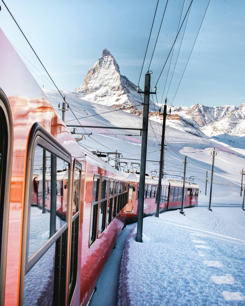 Memories of skiing at the foot of the #Matterhorn... 🎿 We hope that next year's ski season allows us to return safely. 🙌🏻  #zermattmatterhorn #valaiswallis