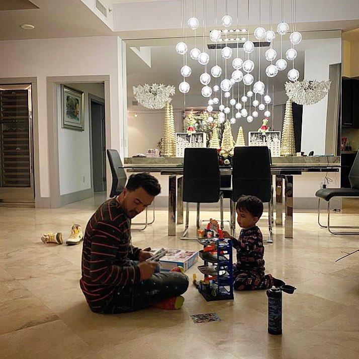 Comida criolla de Mami, torneito de domino con mi papá y los boys, sobrinos abriendo regalos por todos lados, y ahora viene la parte que más disfruto. 11:30pm construyéndole las pistas, los garages y carwash a Rocco 🚗🏎🚙.  Que viva la Navidad. Día perfecto🙏🏽🎄