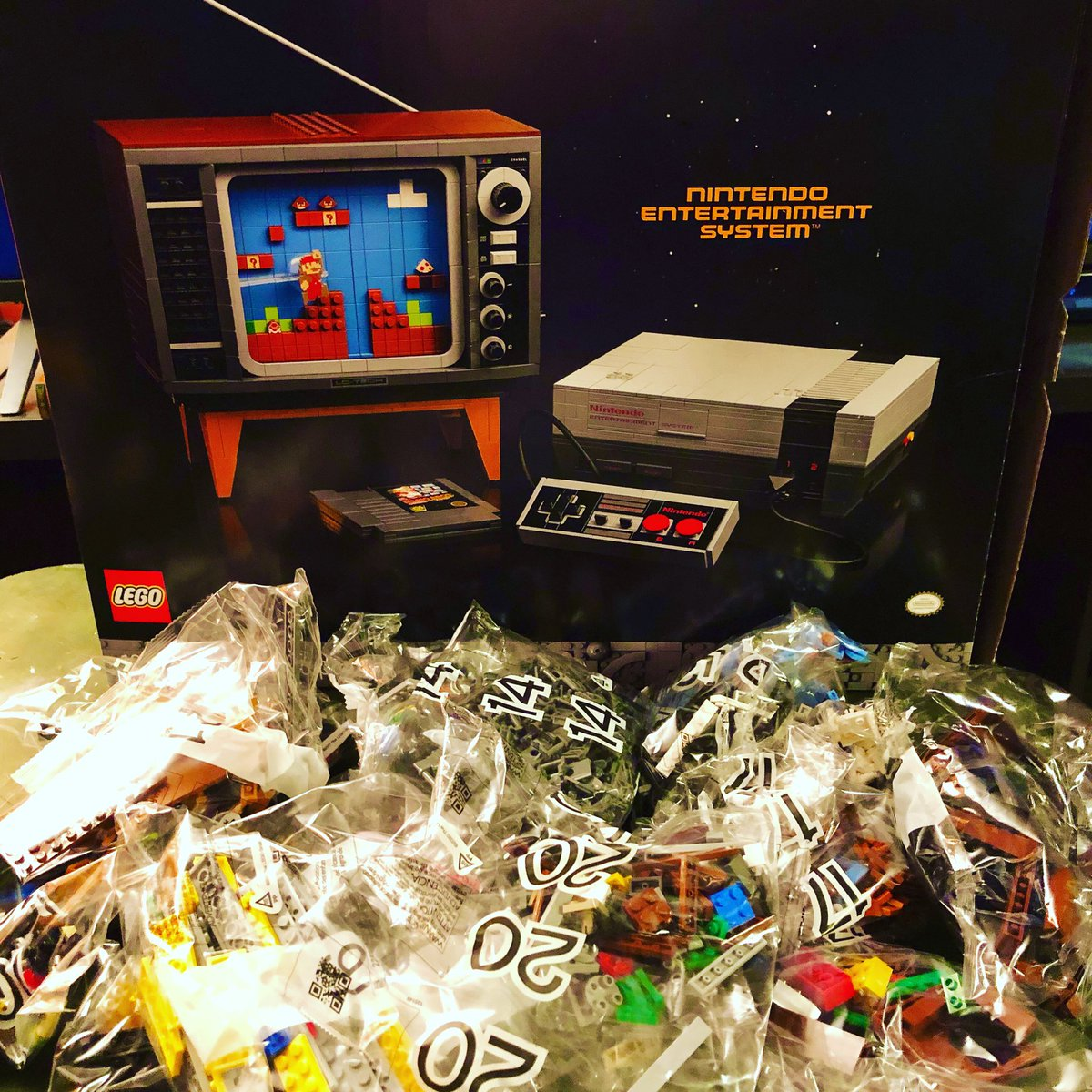 #LEGOBuildDay NES has been completed, but now it's time for the retro television set! https://t.co/GTW4IRsvHk