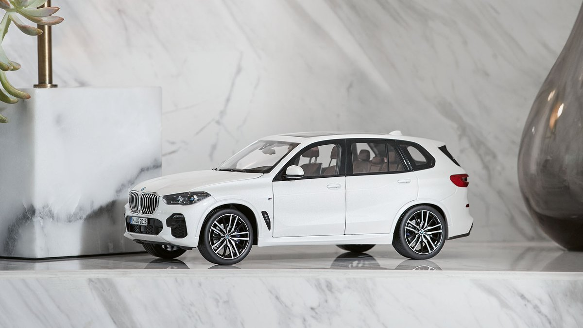 Nah, it's not a giant vase on the right. It's a Miniature BMW X5 in the middle. #MyBMWLifestyle #TheX5 https://t.co/iPbS9mZyZN