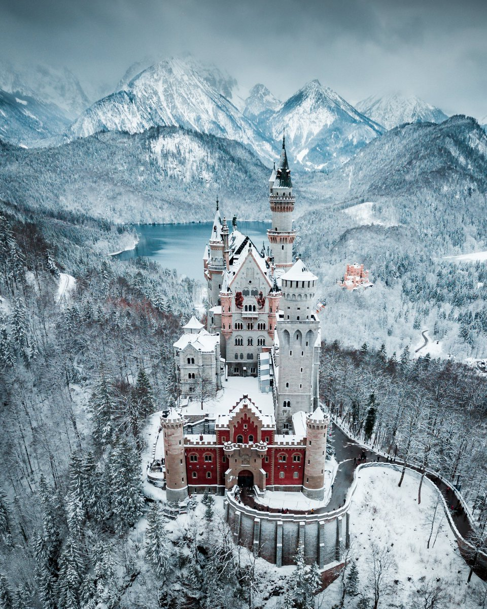OK, but how is this place real? 😍❄️🏰  #HelloFrom Neuschwanstein Castle  https://t.co/4WlvXXpZUd https://t.co/BrI70BqeTh