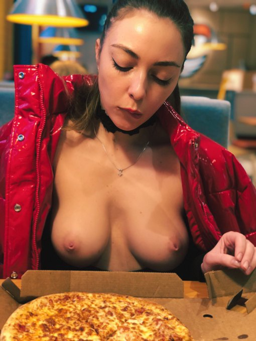 2 pic. Rt if you like pizza 😁🍕  https://t.co/hc0DwCpNEQ ✨✨✨ #pizza #tits #hungry https://t.co/lbTsQH
