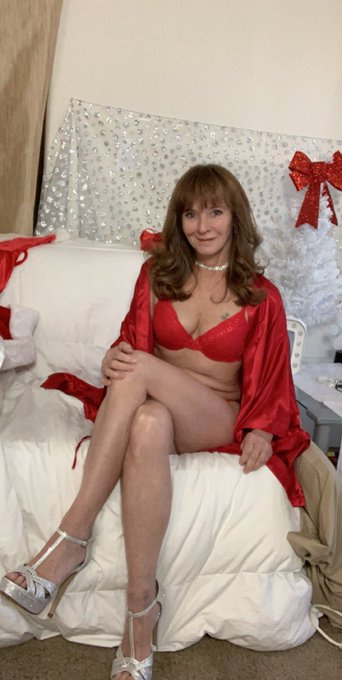 What are you doing today? #natural #ginger #milf #GILFS #red #ligerie #silk #LacePanties #legs #toes