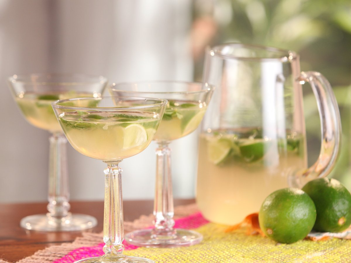 Your two favorite drinks are EVEN better together 🥂💚  Get @BFlay's recipe: https://t.co/Ur2z8bSm7S https://t.co/0smhBhrw4n