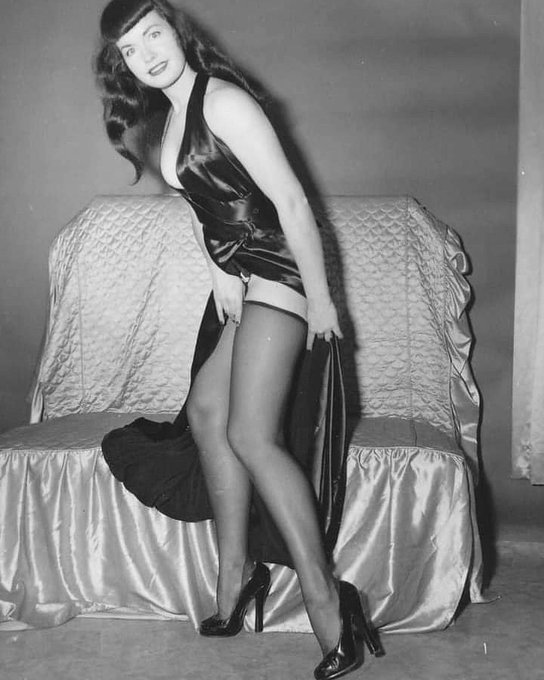 Can a gal get a bathroom break around here? 🤣💋  #bettiepage #pinup #irvingklaw #retrostyle #pinupgirl