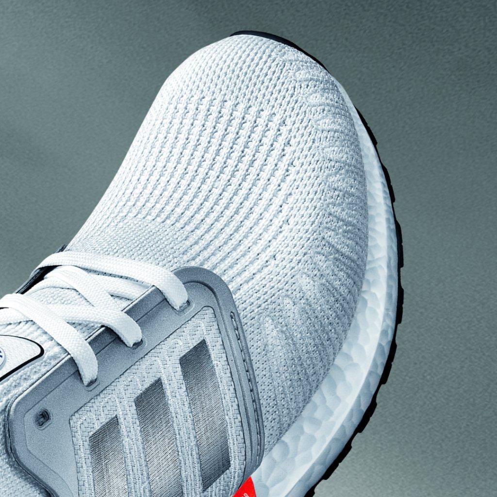 Tu zapatilla favorita es ahora aún mejor. Más boost para impulsarte con más energía. Una energía revolucionaria que te hará volar. Una carrera explosiva. Goodbye Gravity.  Siente la energía con #Ultraboost 20.