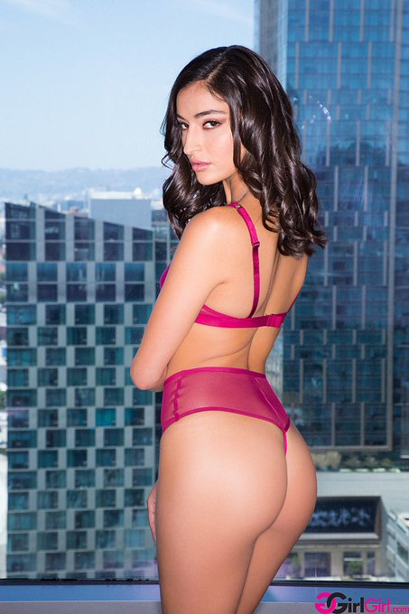 2 pic. Happy Birthday To The Beautiful @emilywillisxoxo 🎉🎉🎉🎉🎊🎊🎊🎊🎊 https://t.co/335OxpGhT3
