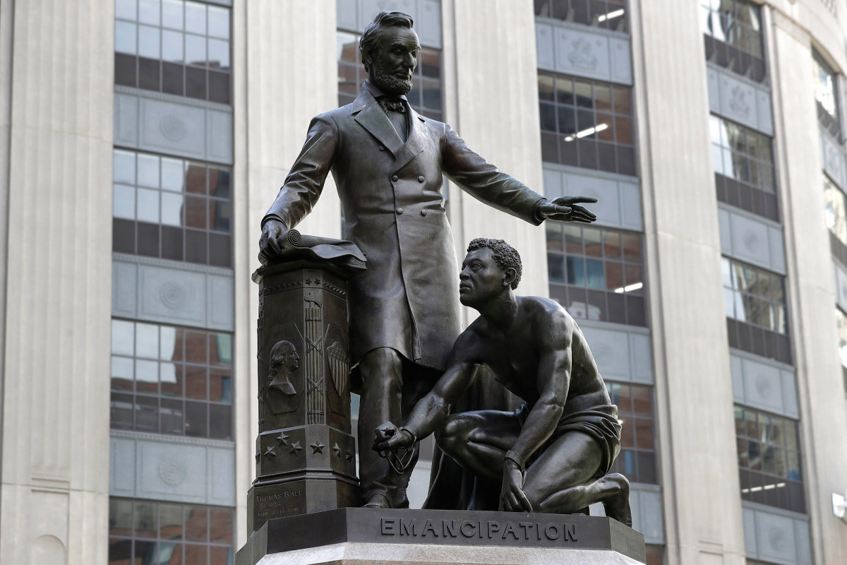 It's a statue of the slave rising after he is freed from the chains of slavery by Lincoln. The original was fully paid for by emancipated slaves.   Here was the Frederick Douglas speech at the dedication in 1876: https://t.co/y1QzCEDOFV https://t.co/Q95hesOEPB