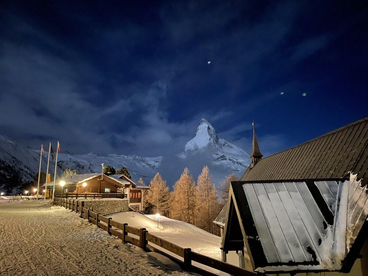 A sky full of stars #riffelalpresort2222m #magicmoments #sandozfoundationhotels #swissdeluxehotels #leadinghotelsoftheworld #welovezermatt #zermattmatterhorn