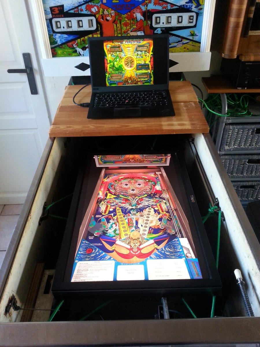 Projet du jour: pinball virtuel dans un pinball électromagnétique.  Bloqué sur les réparations, on varie les plaisirs. La dernière fois c'était avec un protecteur, là j'essaye avec un écran (suspendu!)  #pinball #bidouille #vpinball #makeymakey #altctrl…