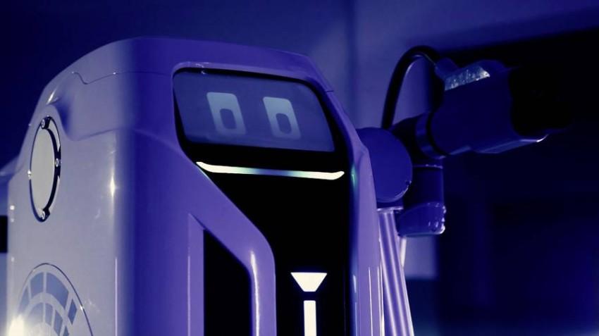 فولكسفاغن تستعرض روبوت شحن السيارات الكهربائية ⬇️  ▪️ كشفت شركة #فولكسفاغن النقاب عن روبوت الشحن الخاص بالسيارات الكهربائية، وذلك بعد عام من إعلانها عن اقترابها من تطوير تلك التقنية. وسيتم تكليف روبوت الشحن الخاص بالشركة بتقديم شحن مستقل للسيارات الكهربائية في مناطق وقوف السيارات