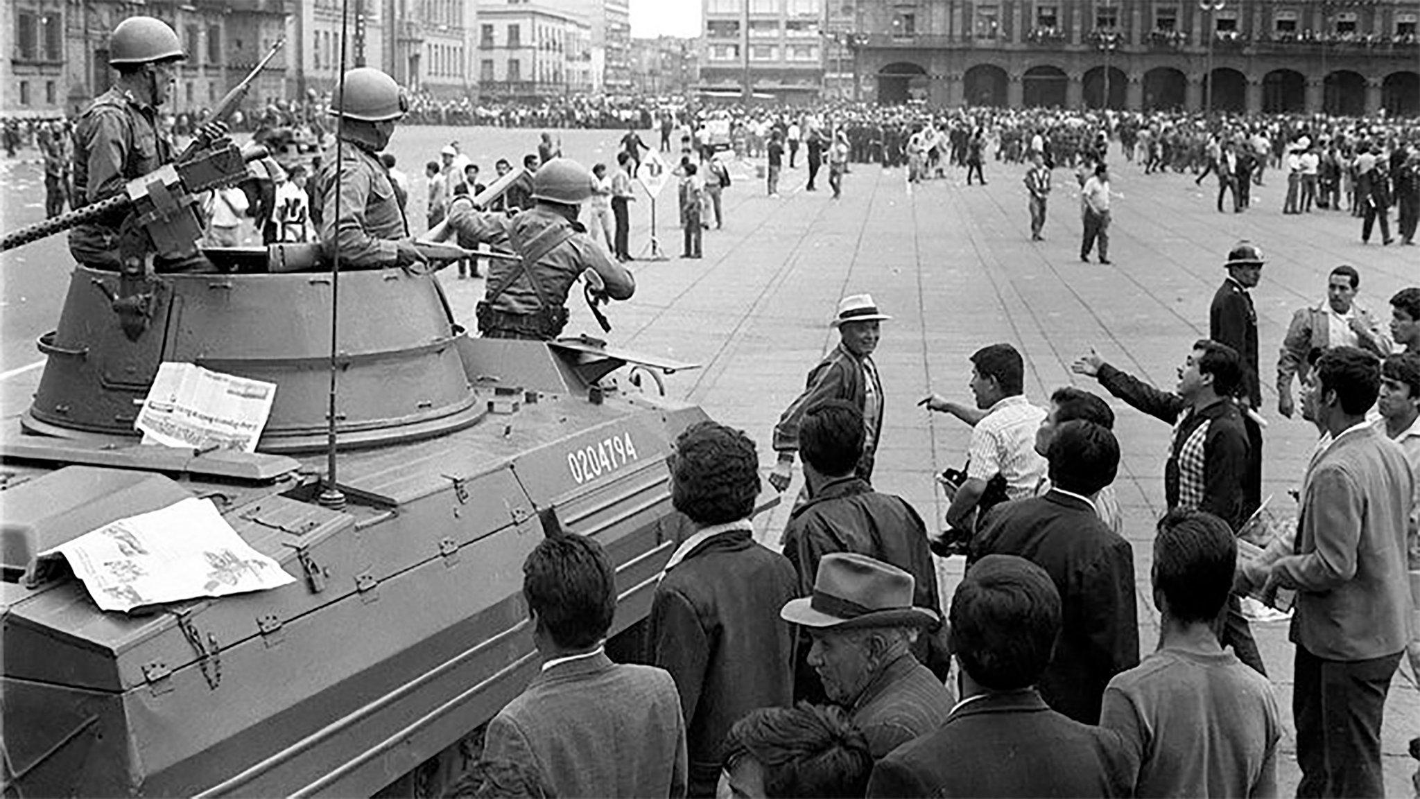 Estudiantes discutiendo con soldados en el Zócalo de la Ciudad de México.