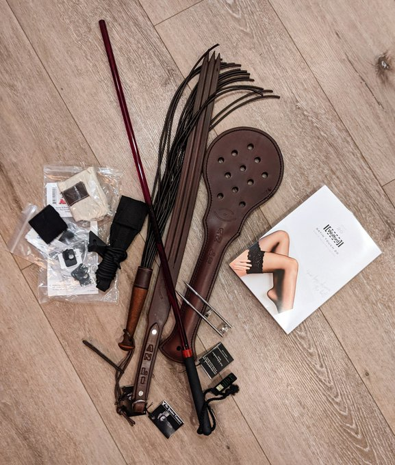 A couple of Christmas presents today! Archery accessories, cane + claw from @CaneIacStore, flogger +