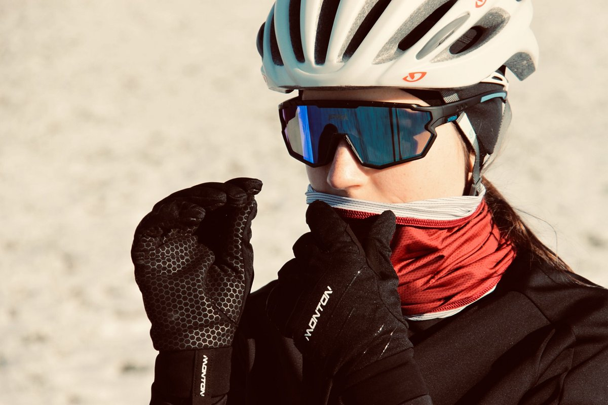 Keep your hands warm when cycling in the winter is important.  ✋🏾 Touchscreen sensitive for cycling computer screens swiping.  Thanks to Tamara Bramberger for sharing ❤️ #montonsports #ridewithpassion #monton #girlsonbikes #beautyofcycling #bikesgirls #roadstoride