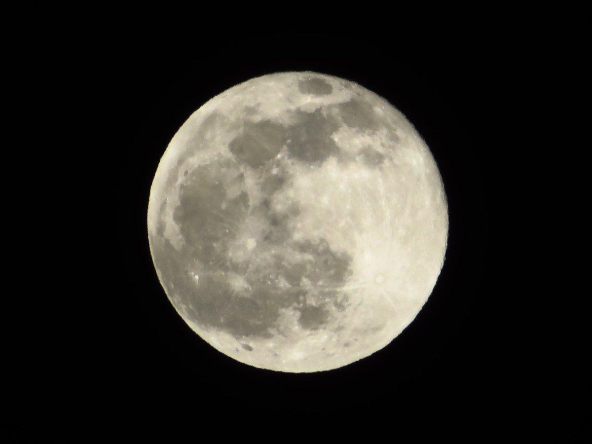 今宵は2020年最後の満月. 雲がかかって月光環のおまけつきです