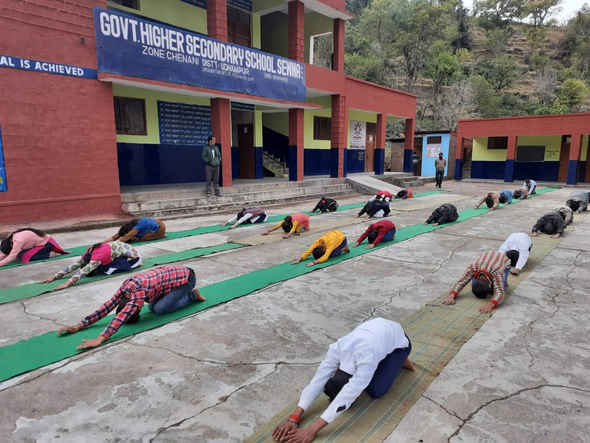These images came directly from Govt. Higher SS School, Sewna, J&K where students actively took part in fitness activities during #FitIndiaSchoolWeek! 👏  Register for the event now if you still haven't done ➡️   #newindiafitindia   @KirenRijiju @DGSAI