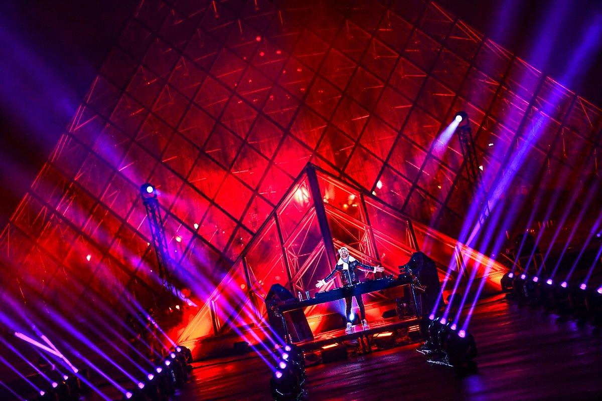 [#PresseLouvre]  Pour le Nouvel an, @davidguetta annonce #UnitedatHome devant l'iconique Pyramide du #Louvre ! Un livestream exceptionnel pour unir les gens du monde entier au bénéfice des @restosducoeur et de l'@UNICEF_FR.  Retrouvez notre communiqué 👇