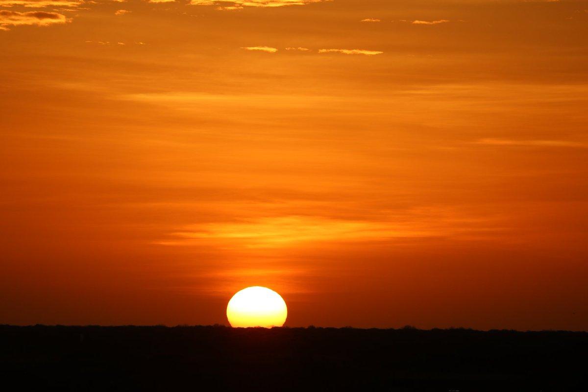 Goodmorning, just watched one of the most beautiful sunrise imaginable #SerForYourself 👇👇  Thankyou @WajirCountyKE   #TembeaKenya   #Canon750D #noedits