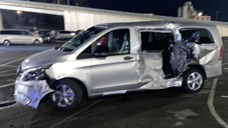 [ver vídeo]Un trabajador eventual despedido de Mercedes irrumpe en la fábrica con una excavadora y destroza 50 furgonetas.