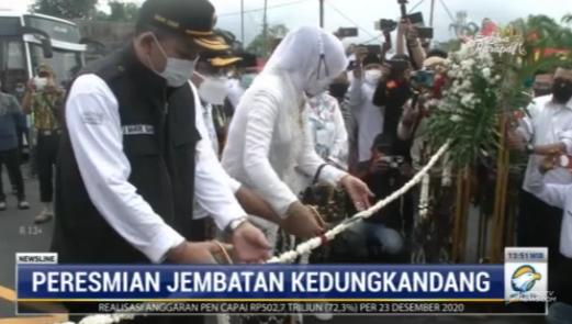 #NewslineMetroTV Pembangunan jembatan Kedungkandang yang merupakan salah satu mega proyek pemkot Malang telah selesai dan diresmikan langsung oleh wali kota Malang pada Rabu pagi. Jembatan senilai 51 miliar rupiah tersebut diharapkan dapat mendongkrak peningkatan ekonomi.