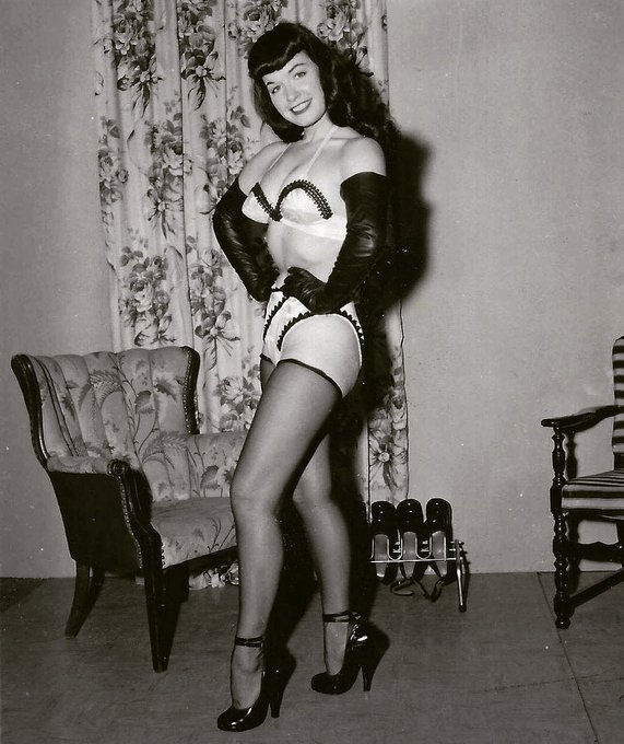 A little late-night private time with the shoe collection 👠💫👠  #bettie #pinupqueen #1950s #irvingklaw