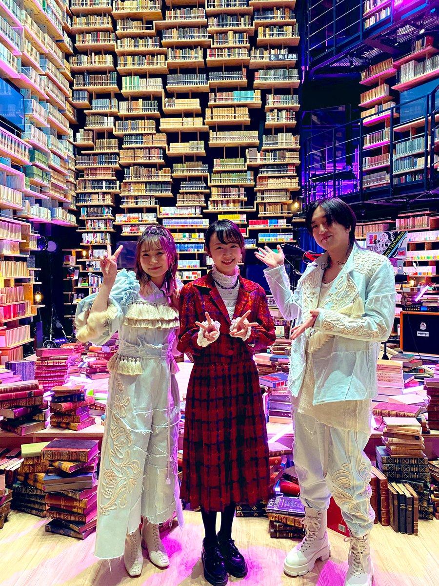 この晴れ舞台のために、角川武蔵野ミュージアム「本棚劇場」がYOASOBI一色に。 映像演出は「夜に駆ける」MVも手掛けた藍にいなさん。こちらも今日だけの特別ver.を短期間で仕上げてくれました。 一回だけではもったいない!録画してくれた方はぜひ、細部まで何度も見てみてくださいね  #NHK紅白
