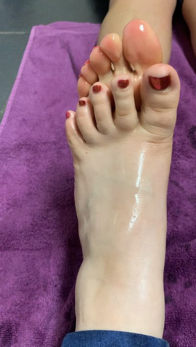 Hey #footboys, say hello to MissPiggyToes! She's got everything you're looking for in her new clip store