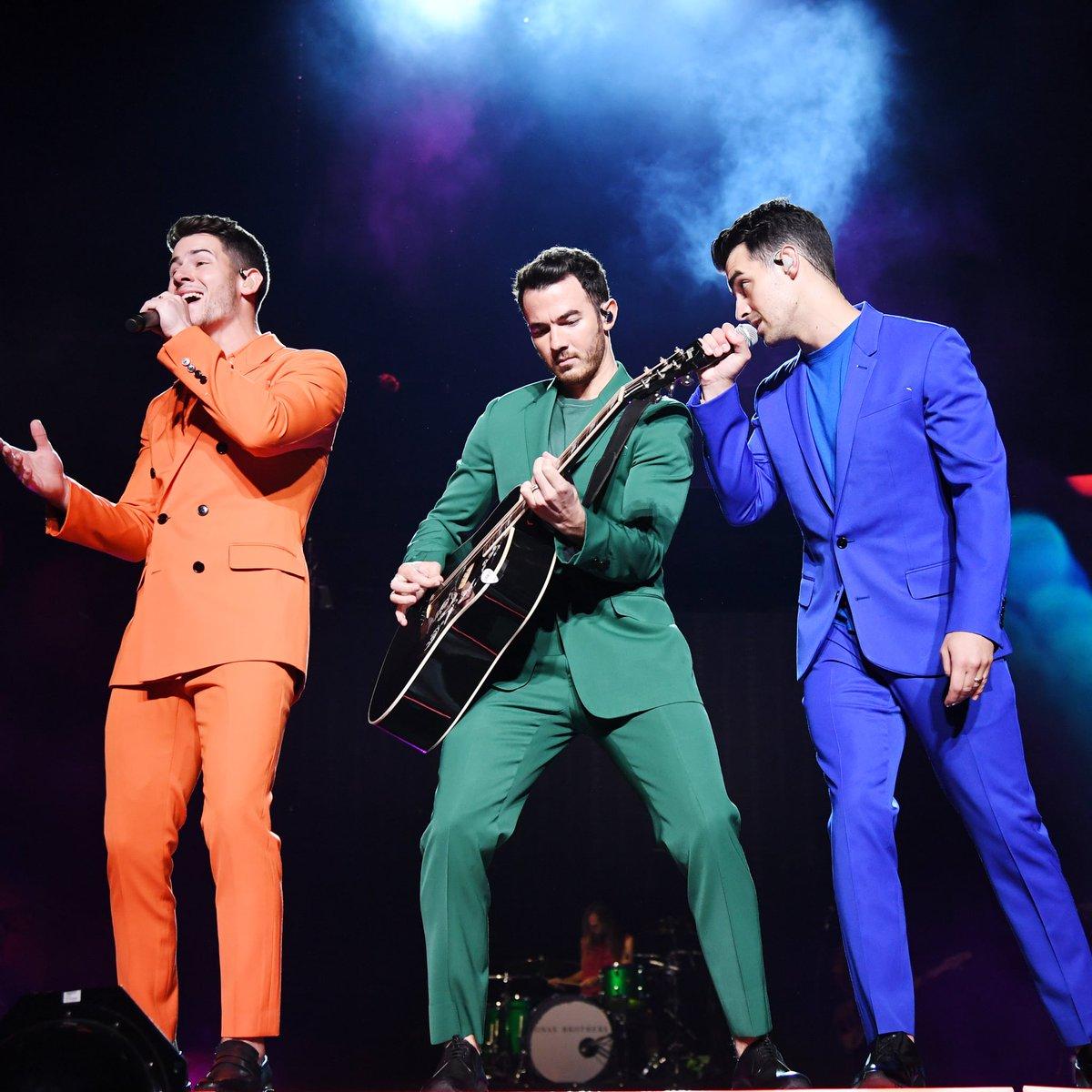 El 2020 ha sido un año complicado para todxs, pero al menos pudimos disfrutar del #happinessbeginstour en España. Así que, con este recuerdo os deseamos un feliz 2021 a todos lxs Jonas fans!! 🎉💜
