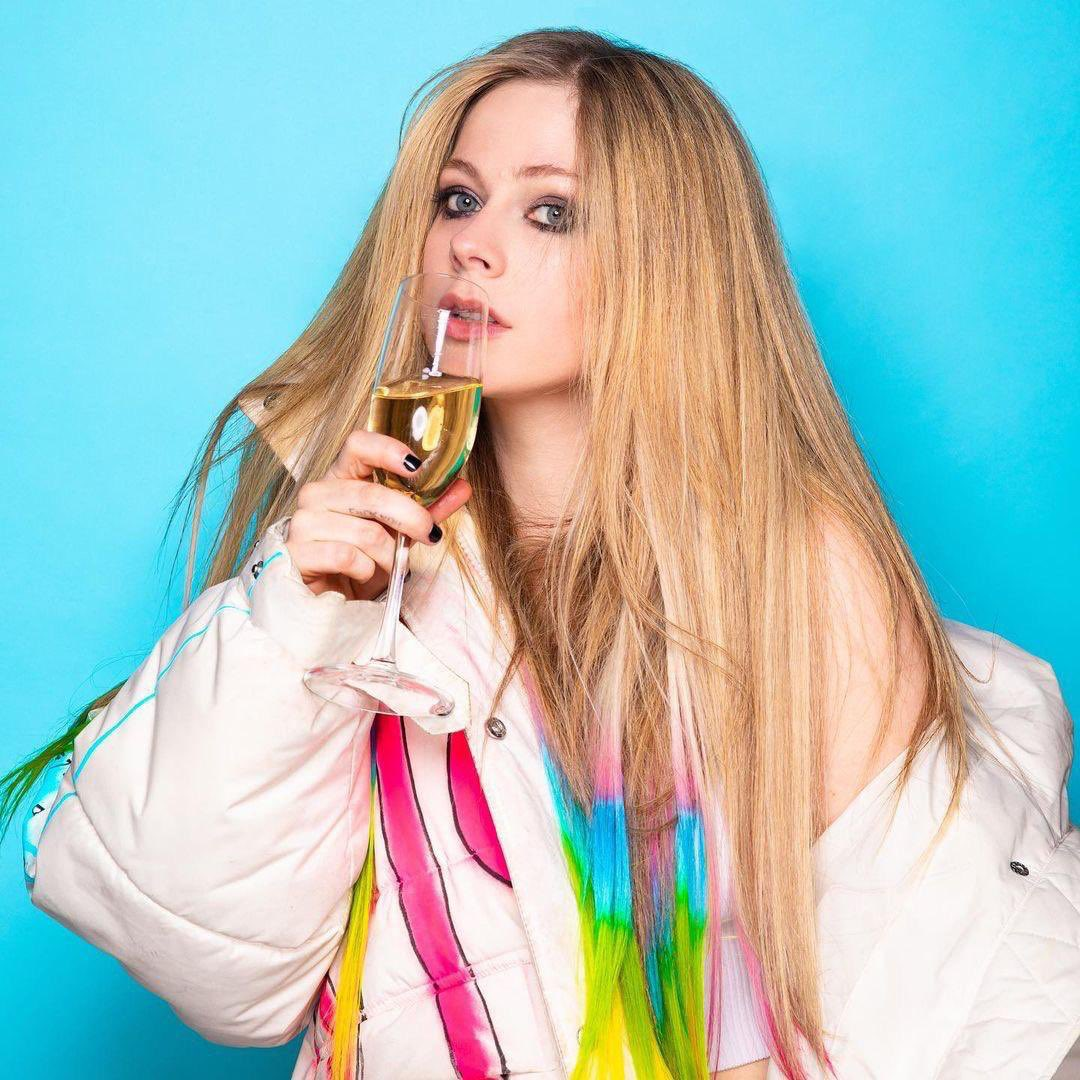 Happy new year, little black stars! In 2021, we'll have new music from Avril Lavigne. 🔥❤️
