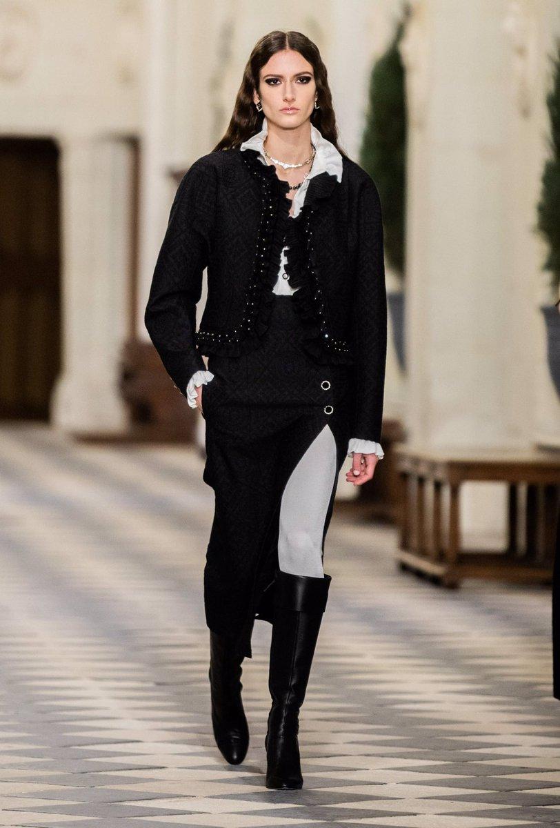 Collection #CHANEL Le Château des Dames #CHANELMetiersdArt 2020/21, imaginée par #VirginieViard et présentée au Château de #Chenonceau.  🔗  L'héritage de Coco Chanel #espritdegabrielle