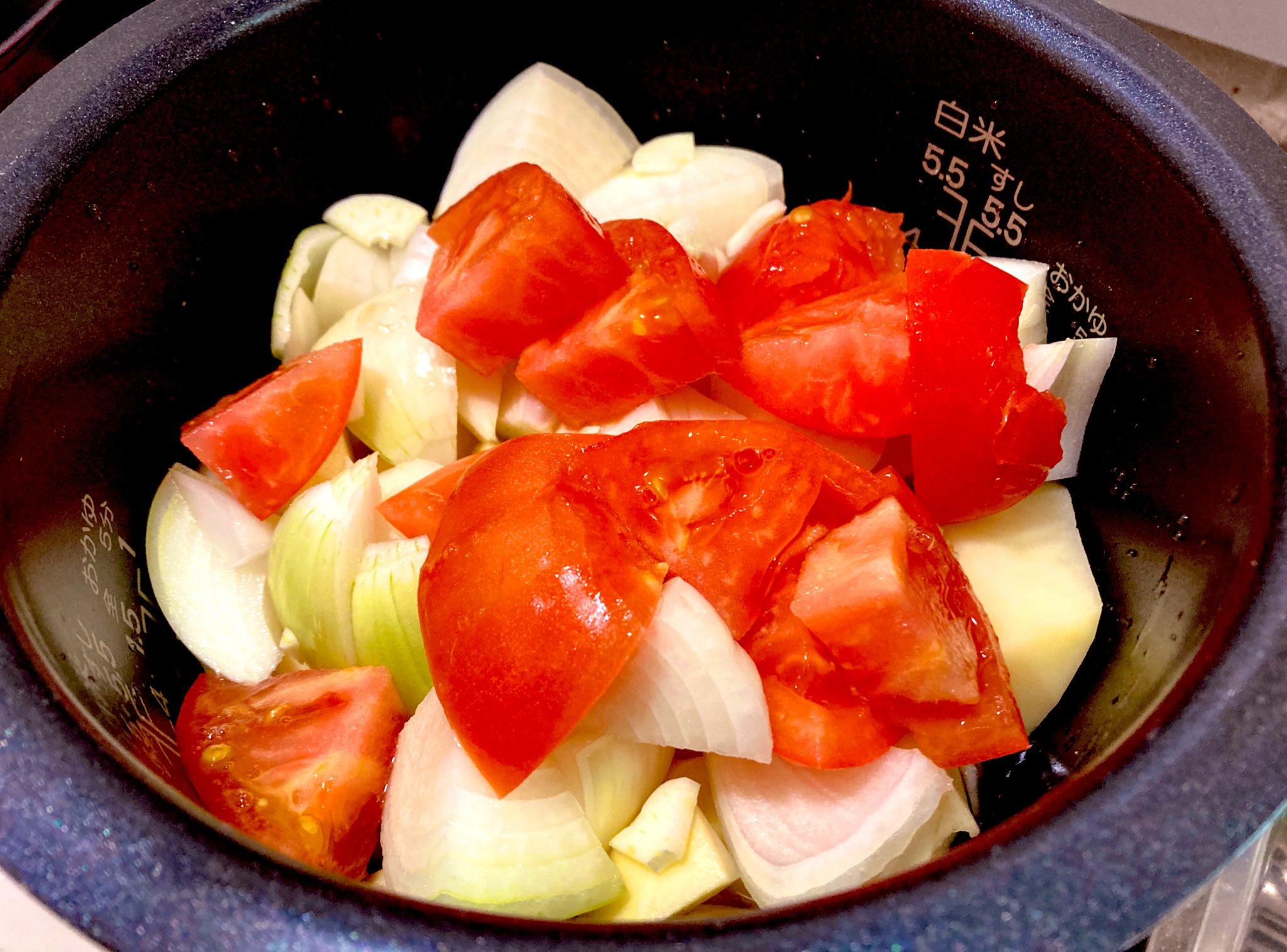 ジャガイモ・ニンニク・たまねぎ・トマト・鶏肉の順で炊飯器に入れる