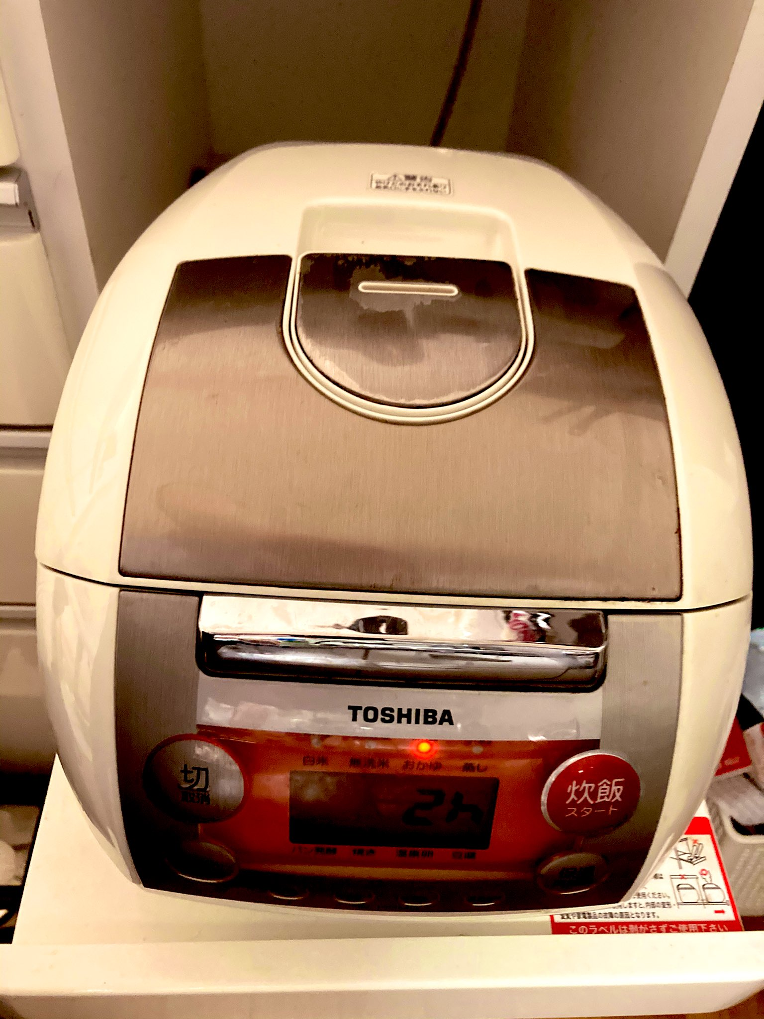 5合炊きの炊飯器で炊飯ボタンを押す