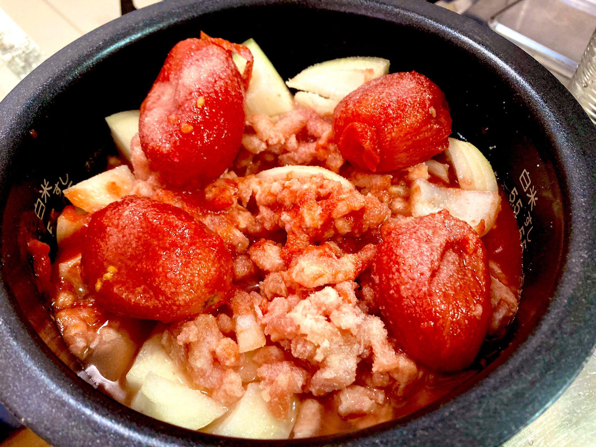 材料を入れる・トマト缶はホールトマトの物を使用