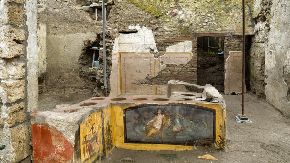 Last week researchers have found an exceptionally preserved, frescoed thermopolian - the equivalent of a modern day snack bar. euronews.com/2020/12/30/arc… Maybe we all need a thermopolian in the house. #history #Pompeii #archaeology #mortgage #mortgages