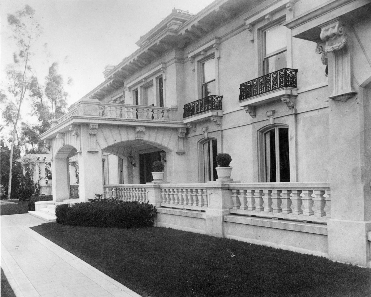 Wrigley Mansion was donated by the Wrigley family to the city of @PasadenaGov on the condition that it become the home of the #TournamentofRoses, as it currently stands today! Learn more #RoseParade history at . #RoseParadeReimagined