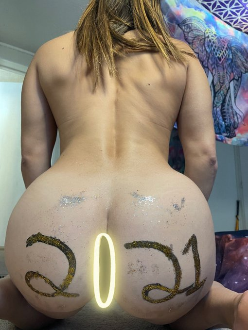 Happy New Year!! New photos and new anal video being uploaded tonight! Check it out!  https://t.co/Ma7p8IKIF0
