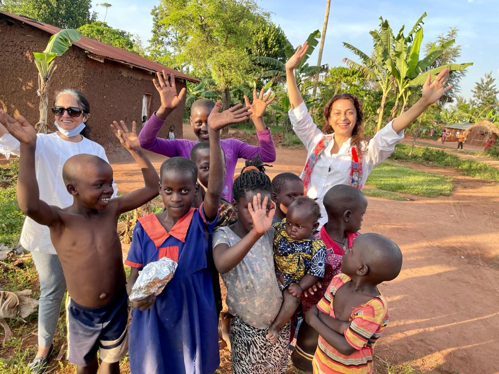 As we drive past villages and farms on our way to Kipling Lodge by the River Nile ... we stopped to share some goodies with the children .. 😊😊🌸🌿💕🌟