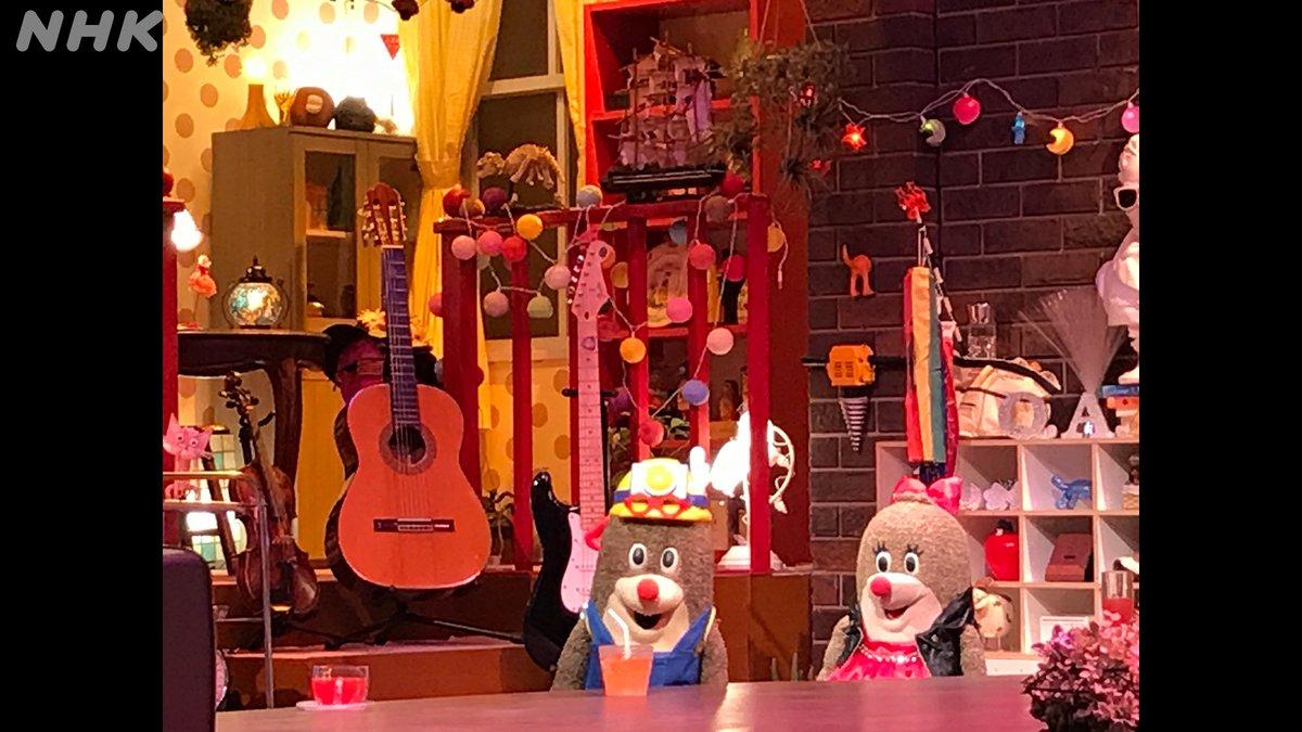 【NHKスタジオで「逃げ恥」の収録 小道具②】 まだあります! ねほりんの左後ろ:ギターとバイオリン(弦楽器)→ (星野)源 + ガッキー ぱほりんの上  :鯉のぼり → 「恋」 #ねほりんぱほりん  #逃げ恥 #星野源 #新垣結衣