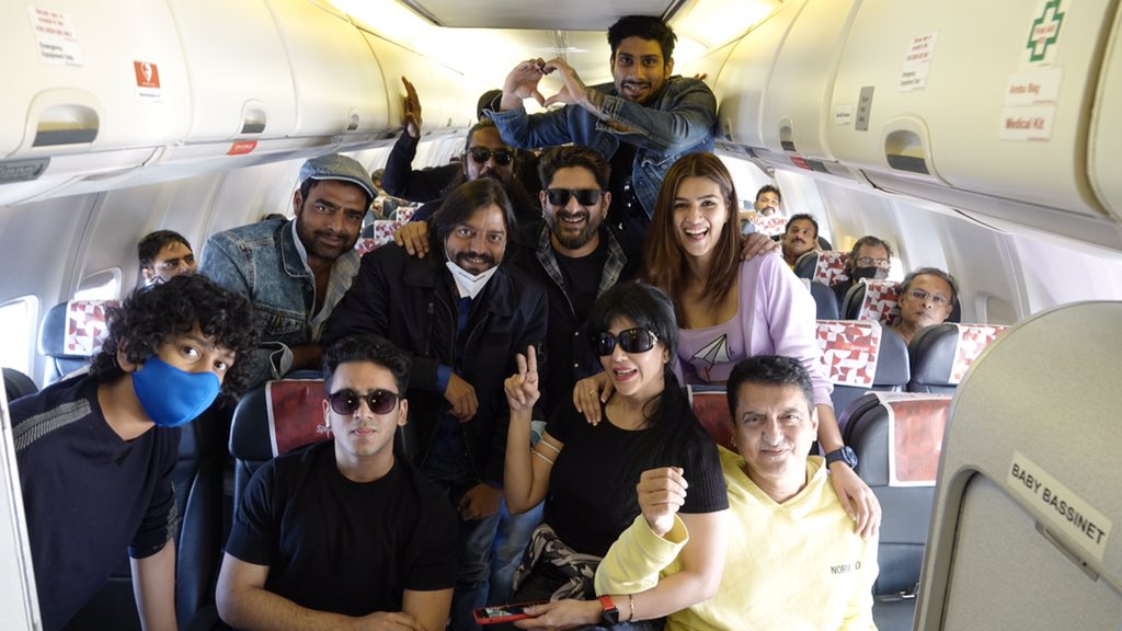 New Year! New Beginnings! The GANG is all set to shoot from 6th Jan in Jaisalmer   We're excited to kick start #SajidNadiadwala's #BachchanPandey  @farhad_samji    📸 @WardaNadiadwala   @kritisanon @ArshadWarsi @prateikbabbar #Saharsh #Abhimanyu @Skhannadiadwala @SufyanNadiadwa4