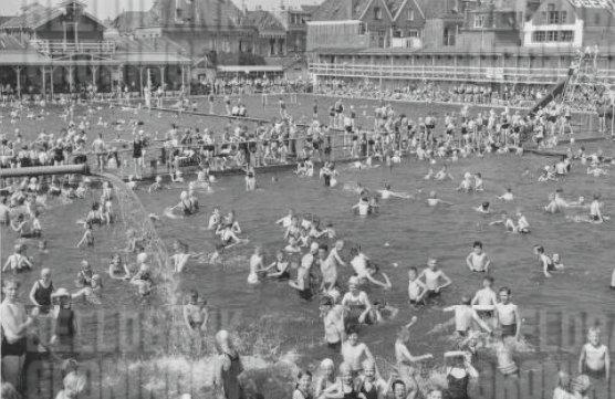 Foto vroegere zwembad met veel aanwezigen