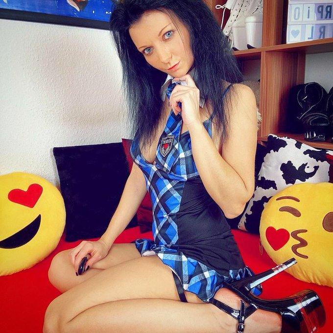 Can you teach me something...? 😈 . Enjoy the Weekend 😎 . #lailabanx #cute #schooluniform #uniform #schoolgirl
