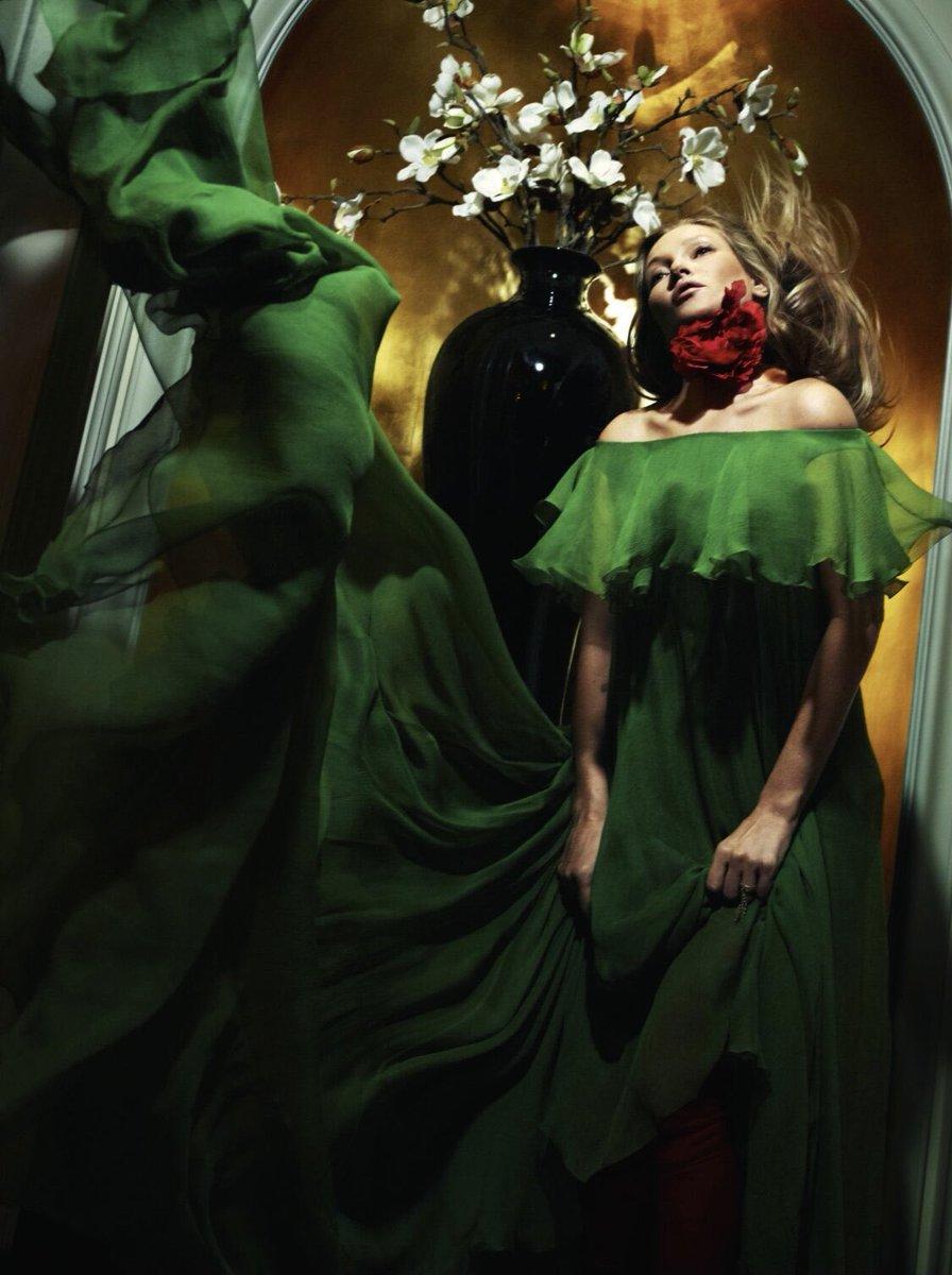 @BritishVogue の「And God Created Kate」ストーリーにて #ケイトモス が #ピエールパオロピッチョーリ による #ヴァレンティノダイアリー のグリーンのドレスを着用しました フォト: MertAndMarcus #ValentinoNewsstand