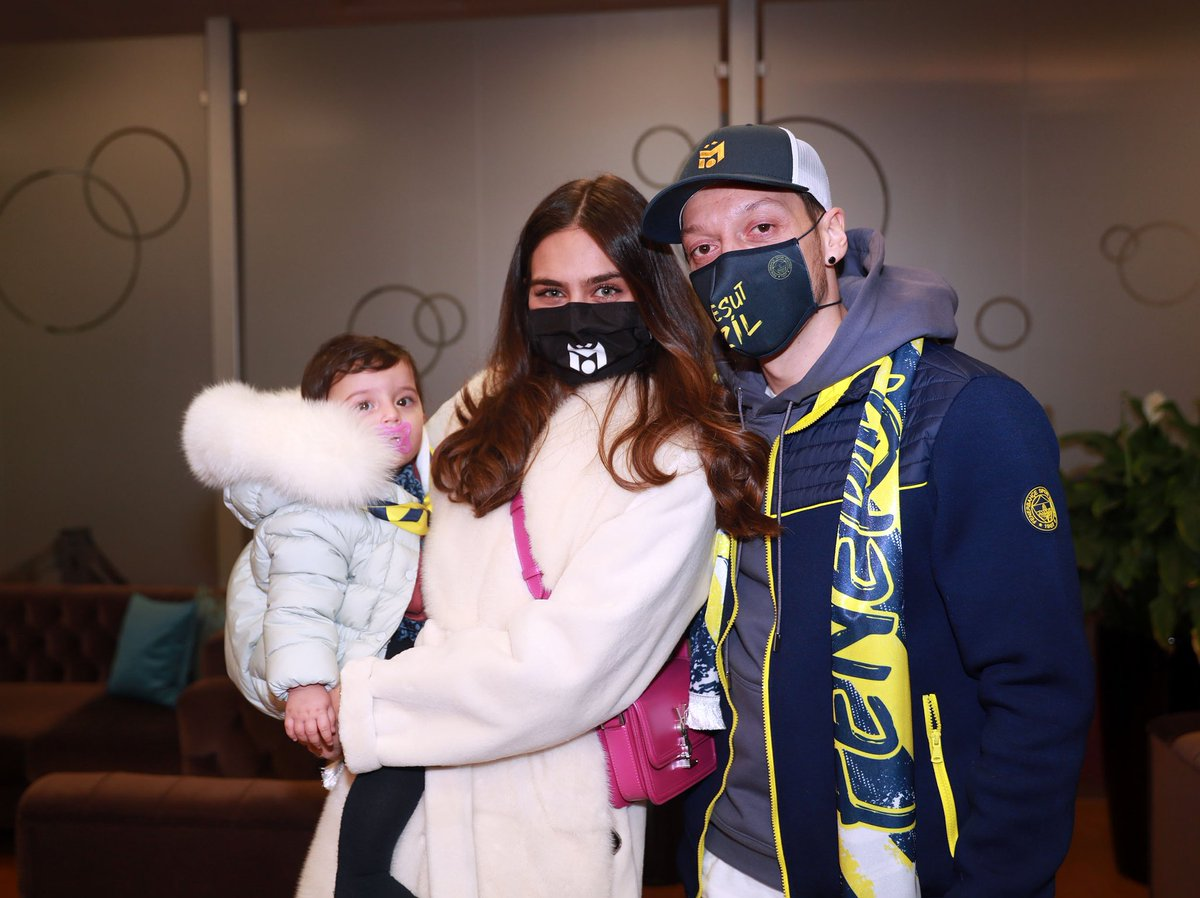 Mesut, Amine and Eda Özil.  Happy family 💛💙